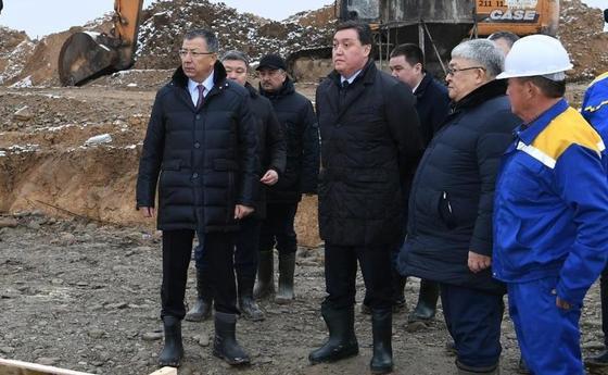 Мамин ознакомился с ходом строительства объектов в Туркестане