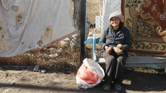 Местная жительница Роза сидит на лавочке
