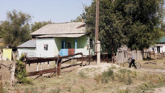 Дом стоит у дороги