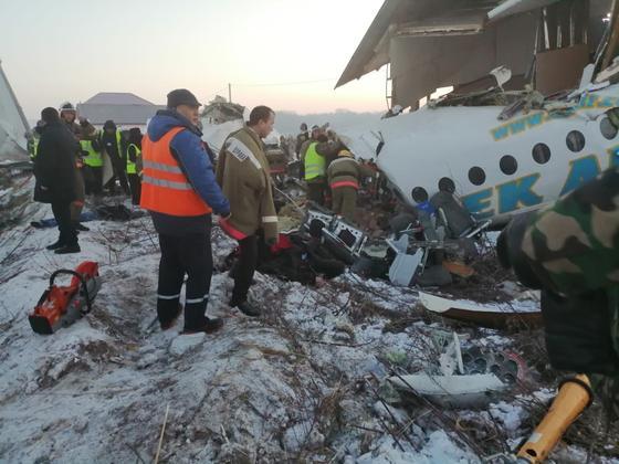 Самолет Bek Air разбился в Алматы: фото с места событий