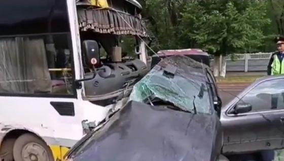 Авто смяло, водитель погиб: ДТП с участием автобуса произошло в Караганде (видео)