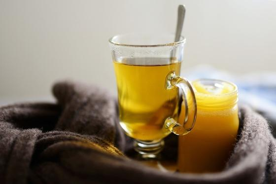 Кружка чая и банка меда