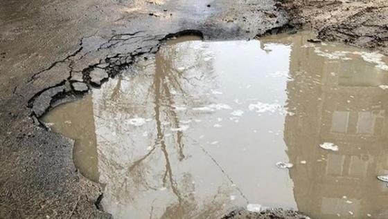 Свежеуложенный асфальт провалился вместе с авто в центре Жезказгана