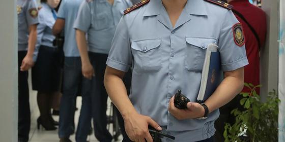 Полицейский несет папку