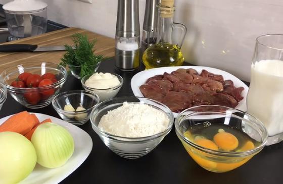 Лук, морковь, мука, печенка, яйца, молок и другие продукты для печеночных блинов