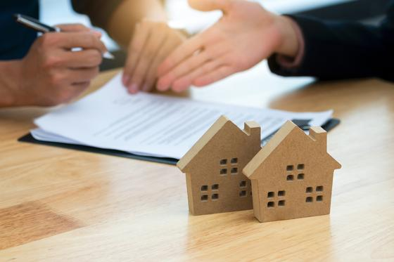 Люди подписывают жилищный договор