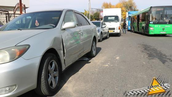 Помятый автомобиль стоит на дороге