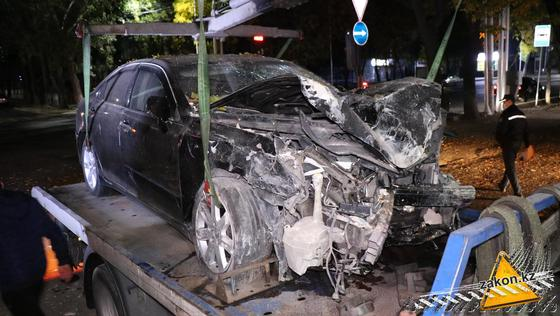Поврежденный в ДТП автомобиль подняли на эвакуатор