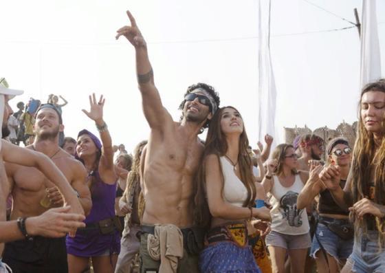 Парень и девушка, окруженные толпой людей, смотрят на небо