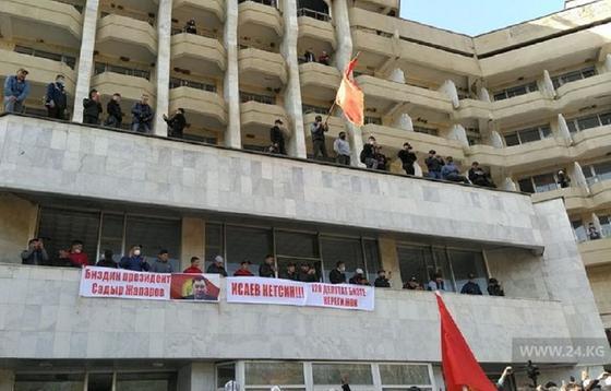 Митингующие требуют отставки Каната Исаева