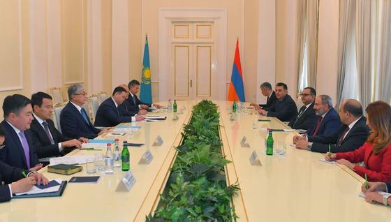 Токаев провел переговоры с Пашиняном