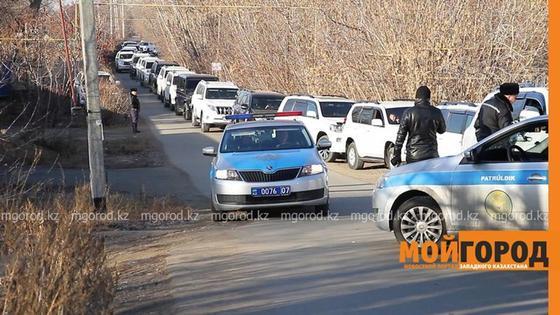 За что задержали мужчину с 60 внедорожниками в Уральске, объяснили полицейские
