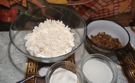 Творог, изюм и другие ингредиенты для начинки