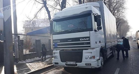 Грузовик сбил и протащил несколько сотен метров пожилую женщину в Алматы