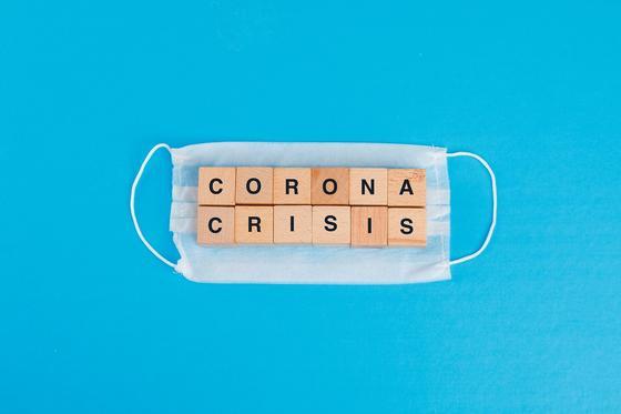 Кубики с надписью corona crisis