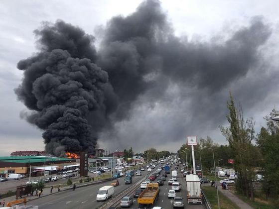 Страшный черный дым от крупного пожара в Алматы накрыл полгорода (фото, видео)