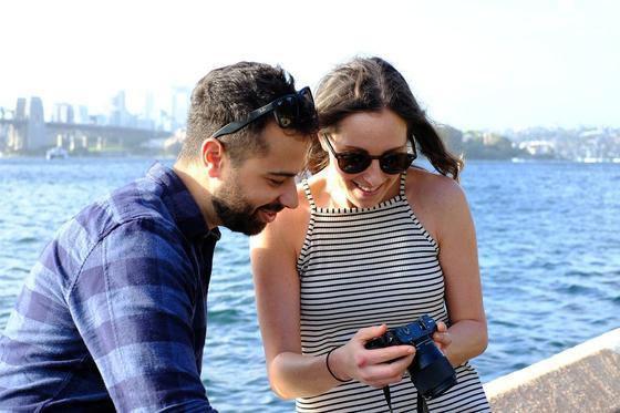 Пара смотрит фото в фотоаппарате