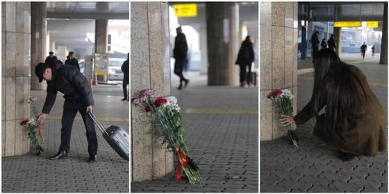 Алматинцы несут цветы к зданию международного аэропорта