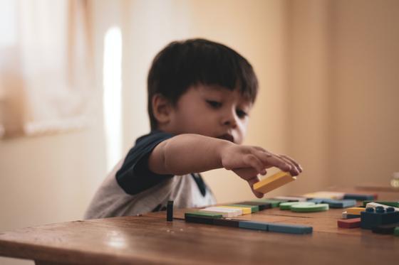 Ребенок собирает паззлы