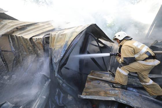 Пожарный работает на месте ЧП