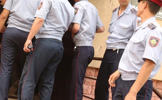 100 полицейских отправили на карантин из-за зараженного коллеги в Костанайской области
