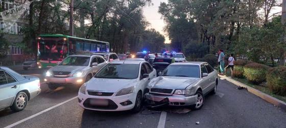 Столкнувшиеся на дороге автомобили
