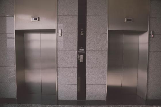 Лифт рухнул с девятого этажа и убил семью
