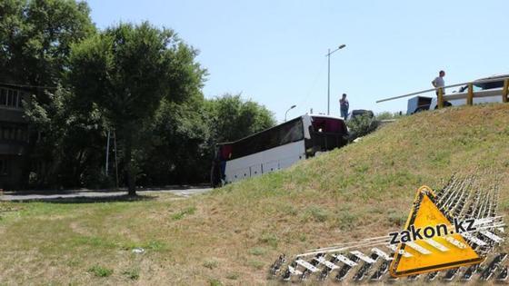 Автобус с пассажирами упал с развязки в Алматы