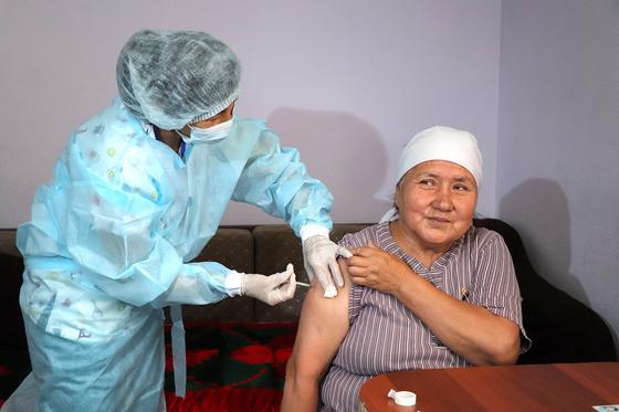 Мама Бекзат Омаровой получает вакцину