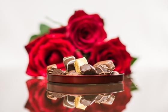 Коробка конфет и букет красных роз