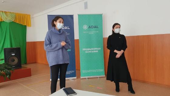 Две женщины на встречи партии «ADAL» с населением