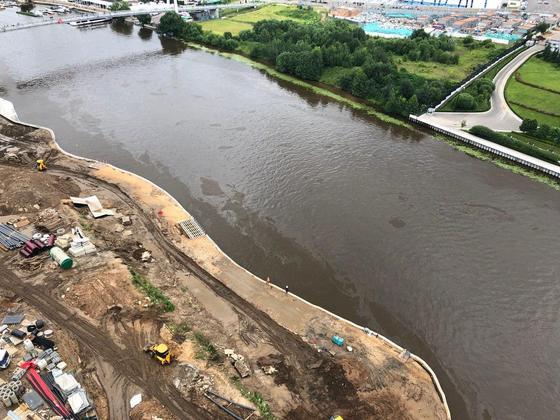Пленка на воде: опубликовано видео с места разлива топлива на Москве-реке