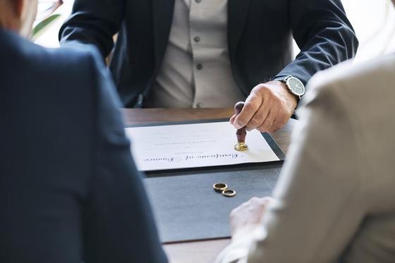 """""""Мужа нет, я не работаю"""": казахстанцев будут штрафовать за разводы ради пособий"""