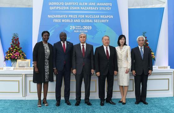 Президент Назарбаев сыйлығын Аманоның жанұясына тапсыру рәсіміне қатысты