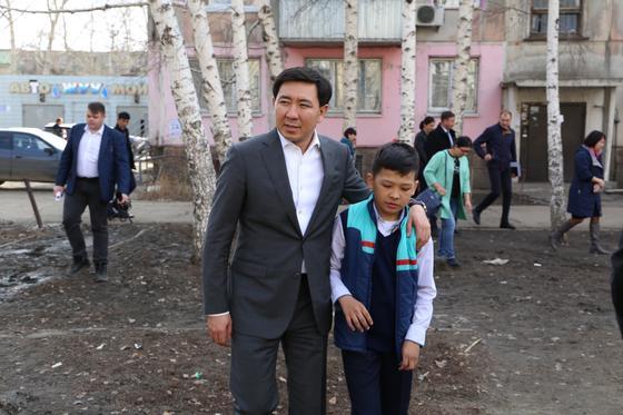 Аким Усть-Каменогорска посетил двор мальчика, записавшего видеообращение к нему