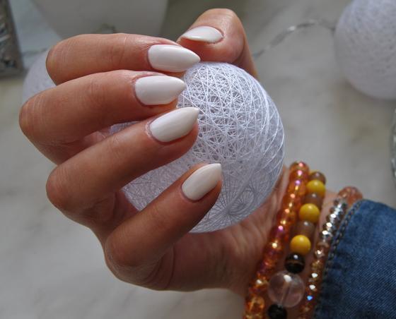 Ногти с белым лаком