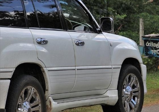Водитель Land Cruiser наехал на двух людей в Актобе