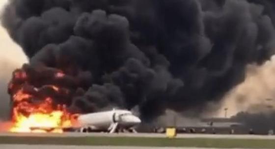 Жуткие кадры из Москвы: люди выпрыгивали из горящего самолета после аварийной посадки (фото, видео)
