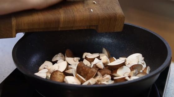 Грибы обжариваются на сковороде