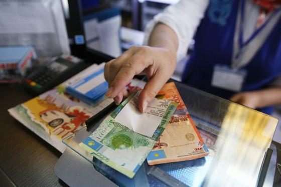 Кассир выдает деньги на кассе