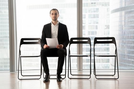 Мужчина в очереди на собеседование