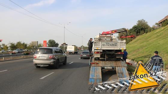Эвакуатор на месте аварии на ВОАД в Алматы