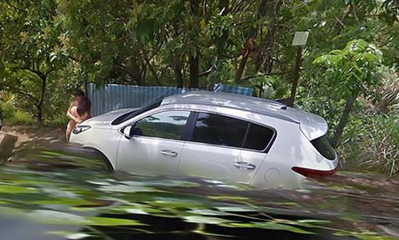 Пара занялась сексом на капоте авто и попала на карты Google