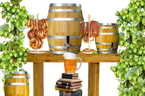 Пиво в бочонке и бокале, гроздья хмеля