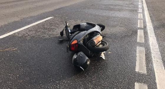 Мопед лежит на дороге после ДТП