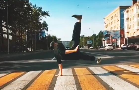Парень устроил танцы на пешеходном переходе в Павлодаре