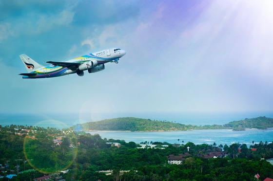 Самолет взлетает над островом