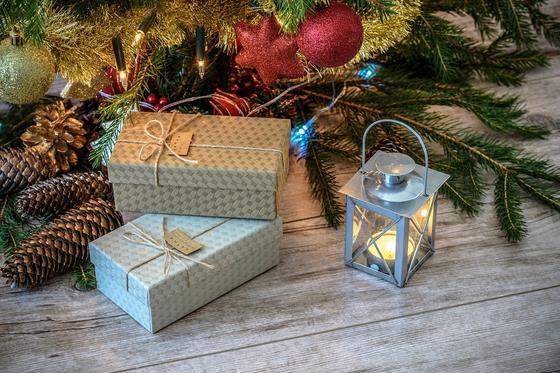 Упакованные подарки и фонарь под елкой