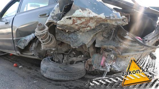 Mazda всмятку, Mitsubishi опрокинулся после столкновения на Капчагайской трассе (фото)