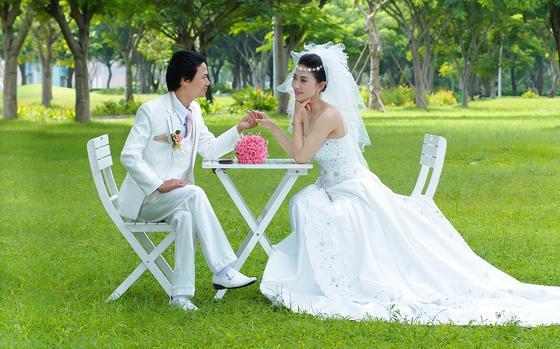 Жених и невеста фотографируются